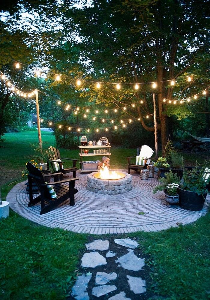 Đèn trang trí sân vườn kết hợp cùng ngoại thất gỗ và lò sưởi tạo một không gian lãng mạn ,ấm cúng hơn