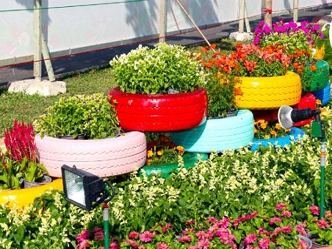Những chiếc lốp được phủ một lớp sơn nhiều màu sắc