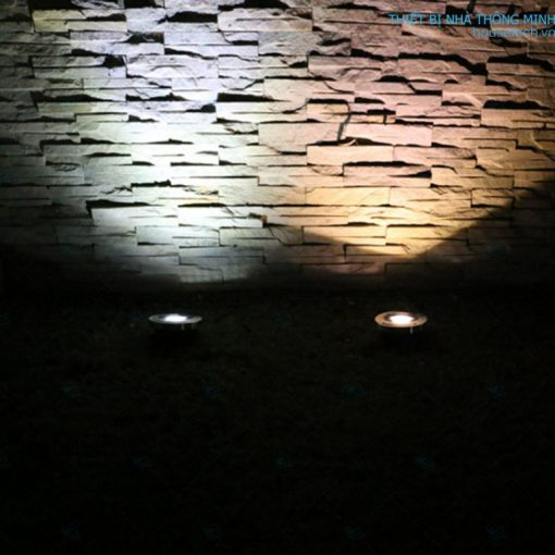 đèn được trang trí góc tường